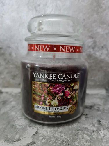 Svíčky střední kulaté 411 g - Moonlit Blossoms